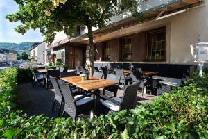 Een restaurant of ander eetgelegenheid bij Hotel Weinhaus Weis