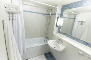 Een badkamer bij Campanile Hotel & Restaurant Gorinchem