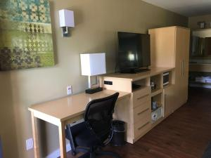 A television and/or entertainment centre at Best Western Plus South Coast Inn