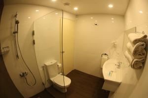 A bathroom at Monteverde Hotel