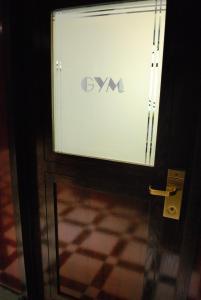 Certificado, premio, señal o documento que está expuesto en Washington Square Hotel
