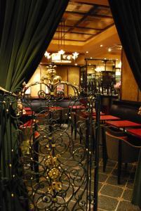 Un restaurante o sitio para comer en Washington Square Hotel