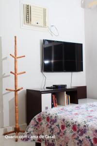Uma TV ou centro de entretenimento em casa duplex