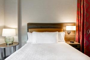 A bed or beds in a room at Home2 Suites By Hilton Montreal Dorval