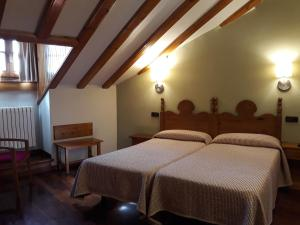 A bed or beds in a room at Hotel Aragüells