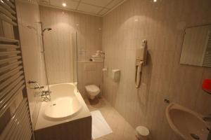 A bathroom at Hotel Duinzicht