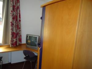 A television and/or entertainment centre at Hotel und Brauereigasthof Kaiserdom