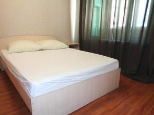 Кровать или кровати в номере Apartments at Karla Marksa 21