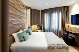 A bed or beds in a room at Condes de Barcelona