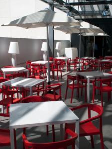 Een restaurant of ander eetgelegenheid bij Travelodge Barcelona Poblenou