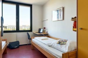 A bed or beds in a room at Jugendherberge Frankfurt - Haus der Jugend