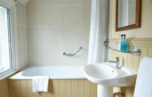 A bathroom at Dog House Hotel by Greene King Inns