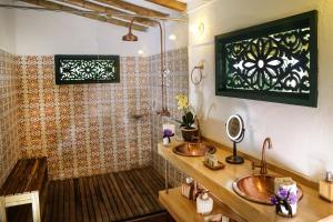 A bathroom at Hacienda Bambusa