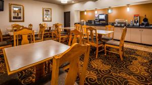 A restaurant or other place to eat at Best Western Northwest Inn