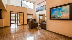 The lobby or reception area at Best Western Northwest Inn