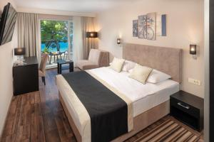 A bed or beds in a room at Hotel Central Beach 9
