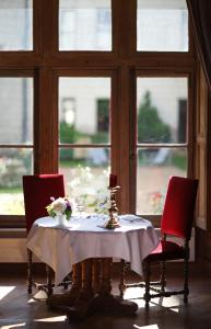 A restaurant or other place to eat at Chateau de Chissay