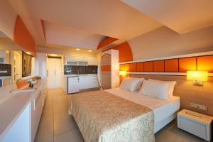 A bed or beds in a room at Altin Yunus Resort & Thermal Hotel