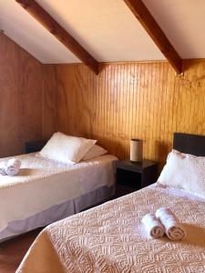 Een bed of bedden in een kamer bij Cabañas Anavai Rapa Nui