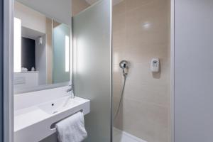 Salle de bains dans l'établissement B&B Hôtel Bordeaux Centre Gare Saint-Jean