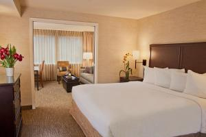 A bed or beds in a room at Silver Cloud Hotel - Bellevue