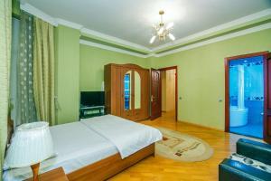 Cama ou camas em um quarto em CENTER OF BAKU 1