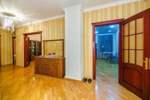 A cozinha ou cozinha compacta de CENTER OF BAKU 1