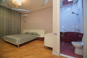 Um banheiro em CENTR BAKU. 4 Bedrooms.