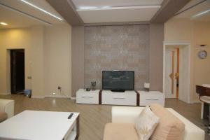 Uma TV ou centro de entretenimento em CENTR BAKU. 4 Bedrooms.