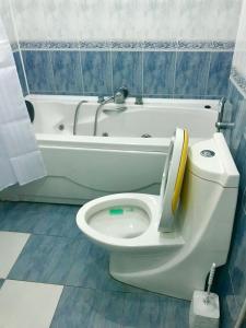 Um banheiro em City Hall Apartment