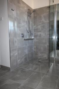 A bathroom at Cobram Colonial Motor Inn