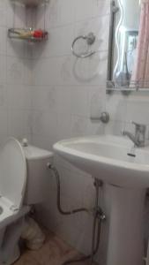Um banheiro em Guiet Center Apartment
