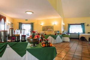 A restaurant or other place to eat at Hotel Luci Del Faro