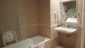 Ванная комната в Howard Johnson Hotel Piedras Moras