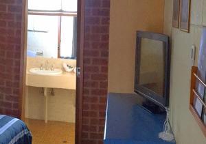 A bathroom at Milawa Motel