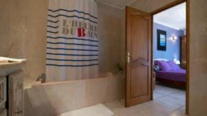 A bathroom at VILLA HÉLÈNE-SUITE Junior- MONTPELLIER AÉRÉOPORT PARC EXPO-ARENA-MER