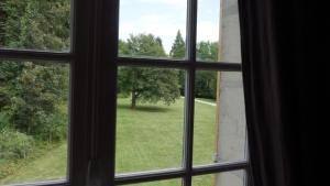 Vue sur le jardin de l'établissement LE MOULIN DE L'ORTILLE ou à proximité