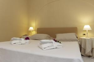 A bed or beds in a room at Hotel Simius Playa