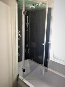 Ein Badezimmer in der Unterkunft Pension Am Pollingpark