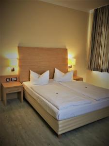 Ein Bett oder Betten in einem Zimmer der Unterkunft Pension Am Pollingpark
