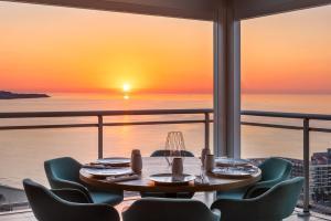 Un restaurante o sitio para comer en Hotel Alicante Gran Sol, affiliated by Meliá