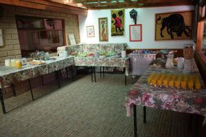 Un restaurante o sitio para comer en Hosteria y Spa Llano Real