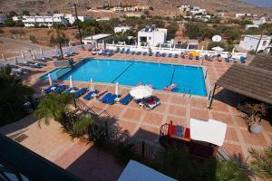 Utsikt mot bassenget på Lambis Studios & Apartments eller i nærheten