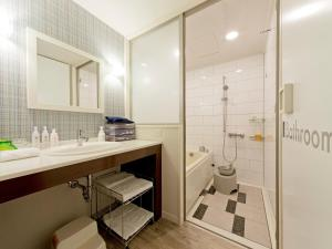 A bathroom at Hotel Universal Port
