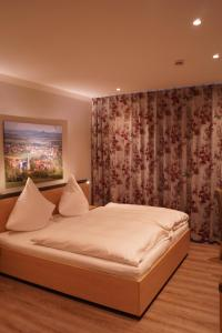 A bed or beds in a room at Hotel Gasthof Luis