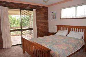 A bed or beds in a room at 31 Bombala Crescent - Two storey home with covered outdoor deck, fully fenced backyard. Pet friendly