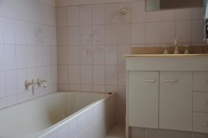 A bathroom at 31 Bombala Crescent - Two storey home with covered outdoor deck, fully fenced backyard. Pet friendly