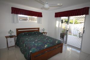 A bed or beds in a room at 62 Tingira Close - Modern lowset home with swimming pool, outdoor area, ample parking. Pet friendly