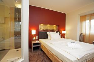 A bed or beds in a room at Hotel Elisenhof