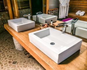 A bathroom at Amantica Lodge